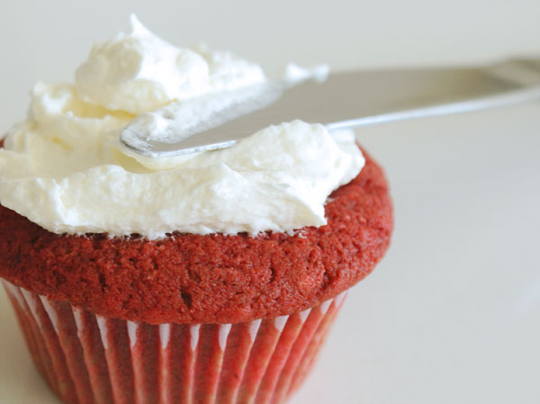 red-velvet-cupcakes-getting-frosted