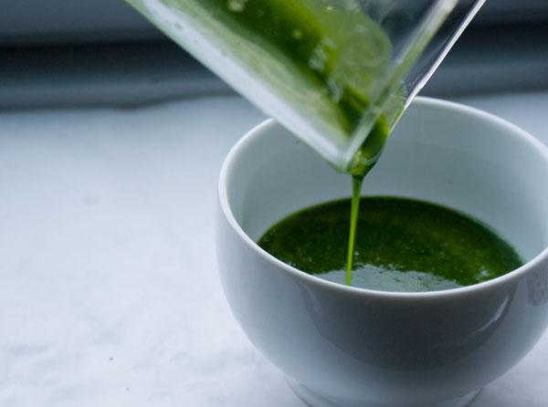 mint-syrup-pour