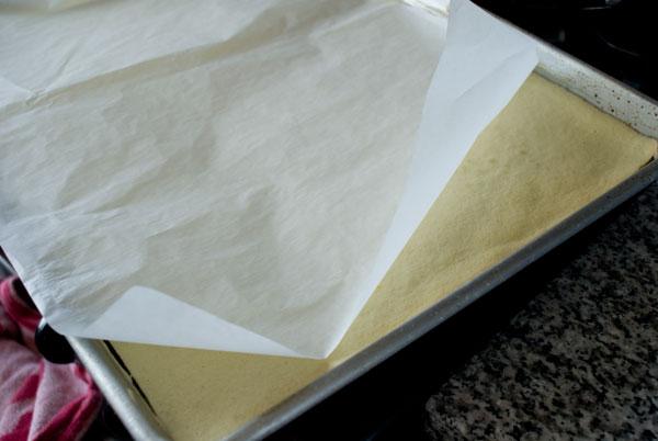 طريقة عمل السويسرول وبالصور sponge-cake-parchmen